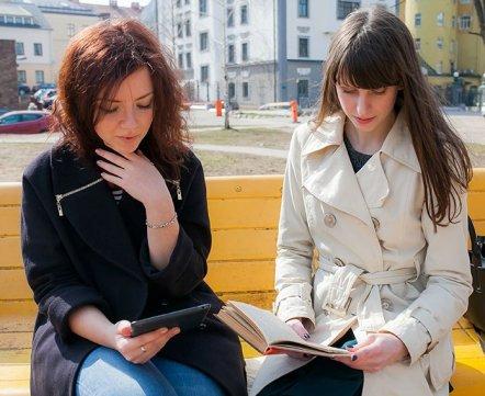 Красивые девушки советуют книги, которые можно почитать на выходных