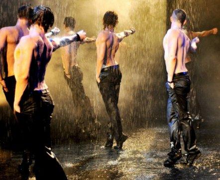 Видеонеделя: странные танцы мужчин с голыми торсами на шоу «Искушение»