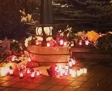 Цветы, свечи, рисунки: минчане приходят к французскому посольству