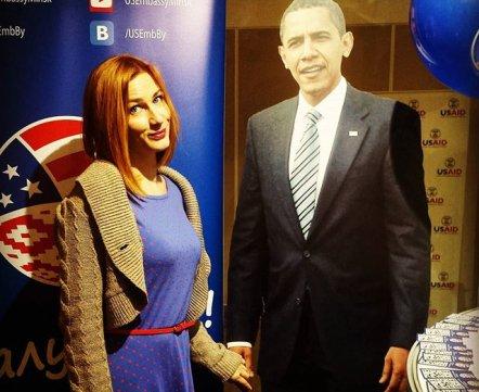 Фотонеделя. Как минчане фотографируются с Обамой на книжной выставке
