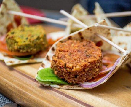 Ресторанная хроника: в Минске появилось первое настоящее вегетарианское кафе и сразу 2 доставки полезной еды