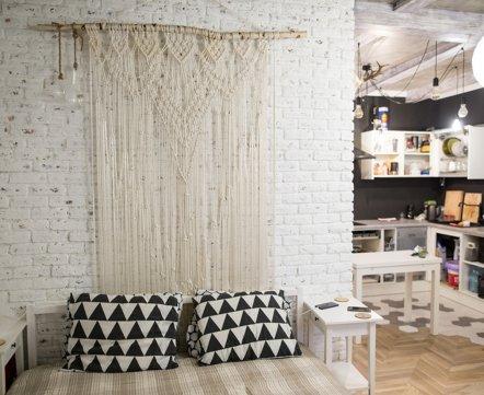 Квартиросъемка: симпатичная студия с бетонным потолком и сантехникой с AliExpress