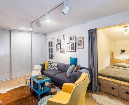 Квартиросъемка: двухкомнатная квартира с кроватью в нише и гигантскими шуфлядами под ней