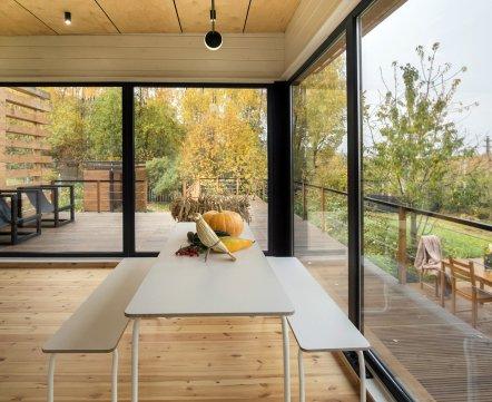 Квартиросъемка. Дачный домик с террасой-капитанским мостиком и соломой внутри за 28 тысяч долларов