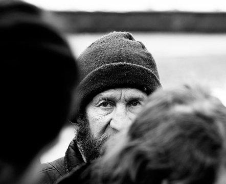 «Забирали в отделение и просили прекратить». Кто и зачем кормит минских бездомных за свой счет?