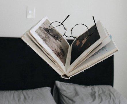 Что почитать в апреле. 10 популярных и важных книг за последнее время