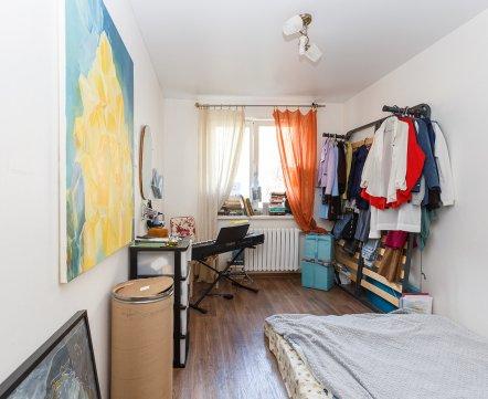 Квартиросъемка: «двушка» с кроватью вместо шкафа и очень сексуальной картиной на кухне