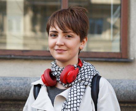 Уличная мода: блогер в кроссовках за 400 евро и инженерка в огненном жакете