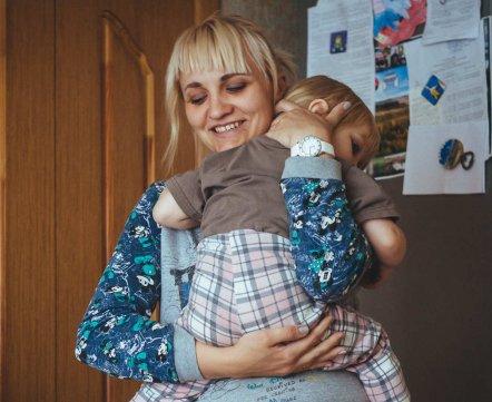 «Нелегально один туалет убрали». Посмотрите, как живет семья с тремя детьми в коммуналке в самом центре Минска