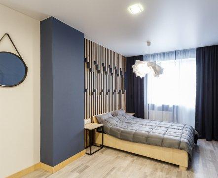 Квартиросъемка: «двушка», в которой наклонные стены и много элементов из фанеры