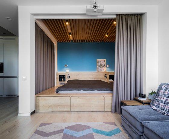 Квартиросъемка: «oднушка» с кроватью-подиумом и экраном проектора на окне