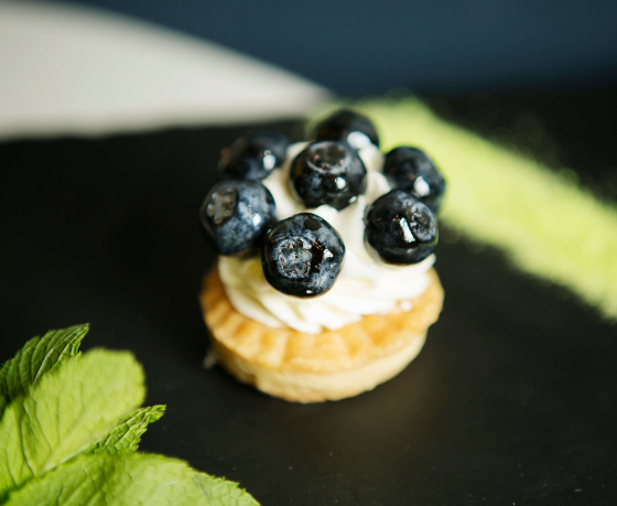 «Это провокационный десерт». Смотрите, какие торты и пирожные можно попробовать в старейшей кондитерской Минска