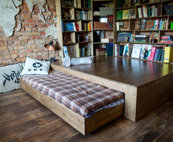 Квартиросъемка: «однушка» телеведущих с картой мира из штукатурки на стене и выдвигающейся кроватью