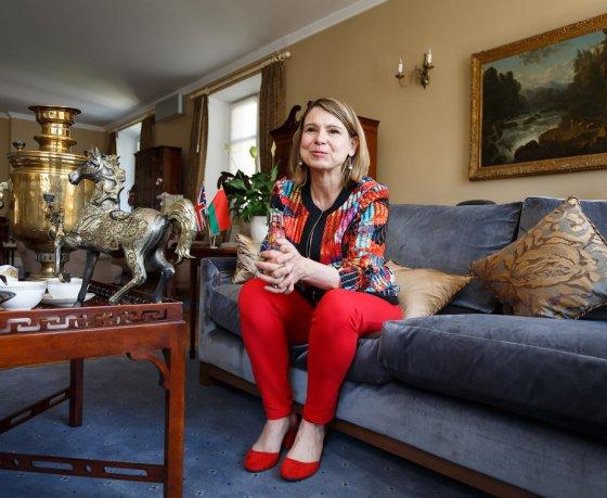 """«Ближайшие 40 лет вы еще можете купить """"Конфеты Гибб""""». Посол Великобритании о семье, путешествиях и сувенирах из них"""