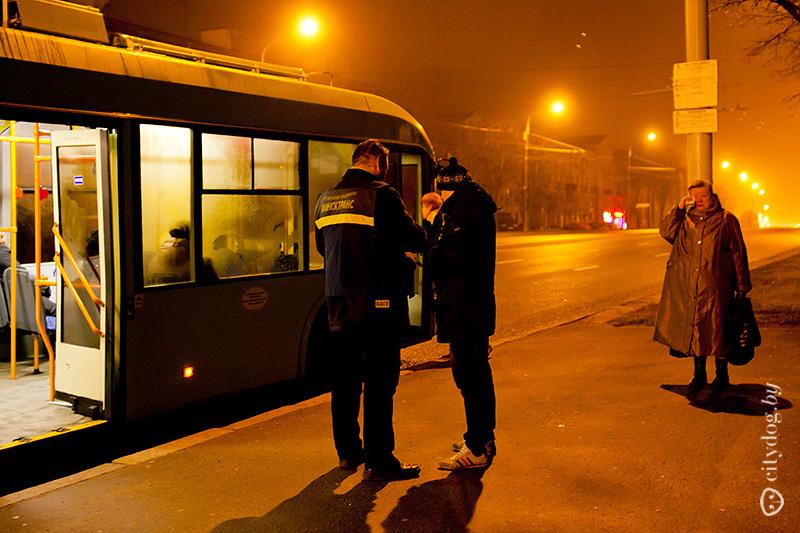 Имеет ли право сидеть кондуктор в электричке если пассажирам не хватает мест