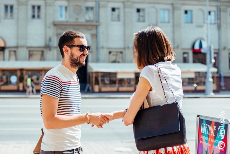 как девушки знакомятся с парнями на улице