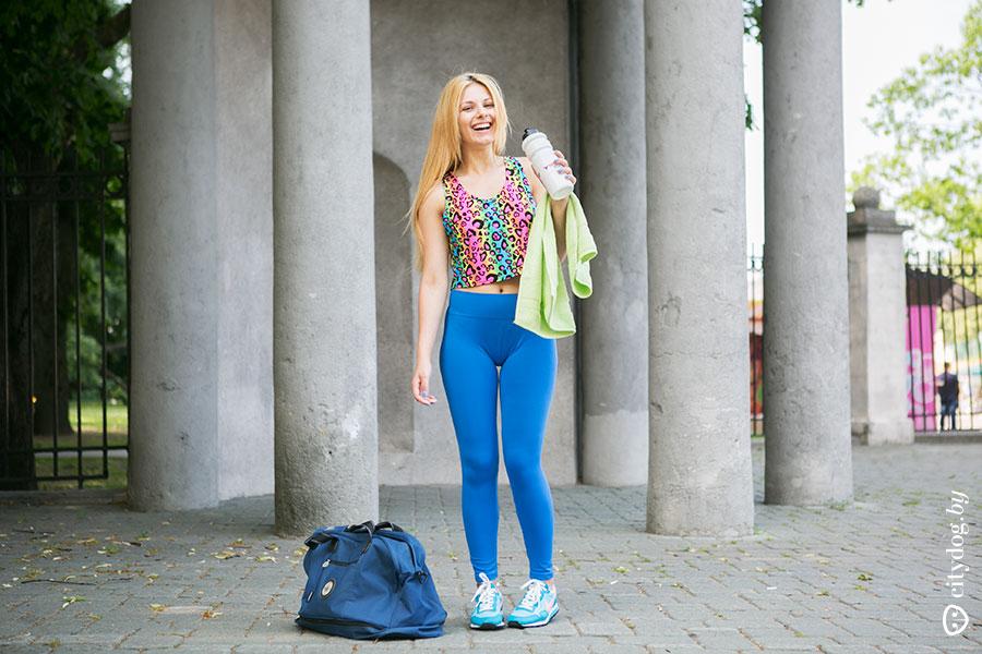 Девушки одевают джинсы на голое тело волосатой