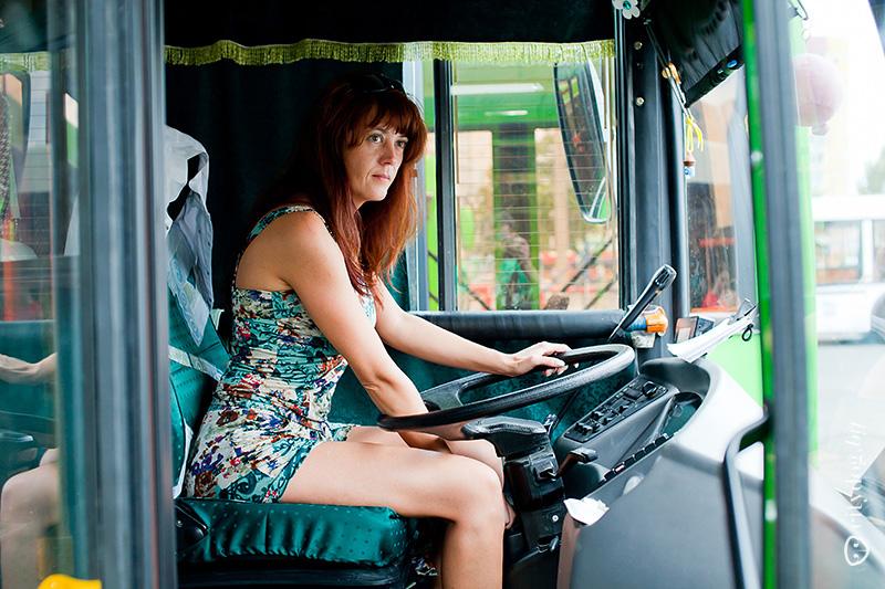 В троллейбусе в юбке