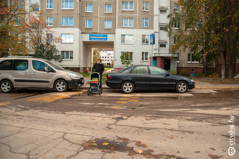 На Могилевской прямо на пешеходном переходе со «спящими полицейскими» припаркованы чьи-то машины. Ура! Они оставили проход шириной ровно для коляски